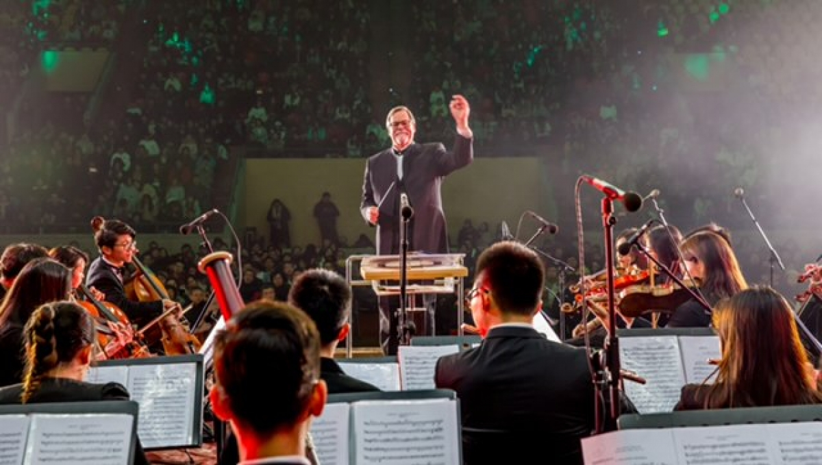 Director of Orchestras and Graduate Studies Robert Baldwin receives a 3-year honorary appointment to Wuhan University.